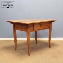 Gelakte 19e eeuwse tafel