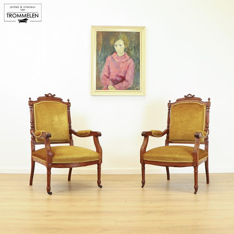 Antieke okergele fauteuils